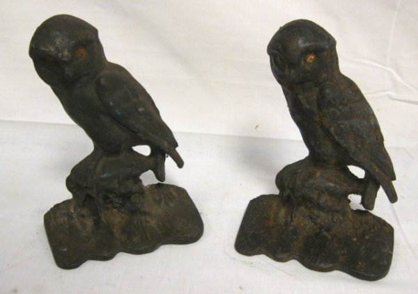 1017: CAST IRON OWL BOOKENDS; 5 7/8 IN H
