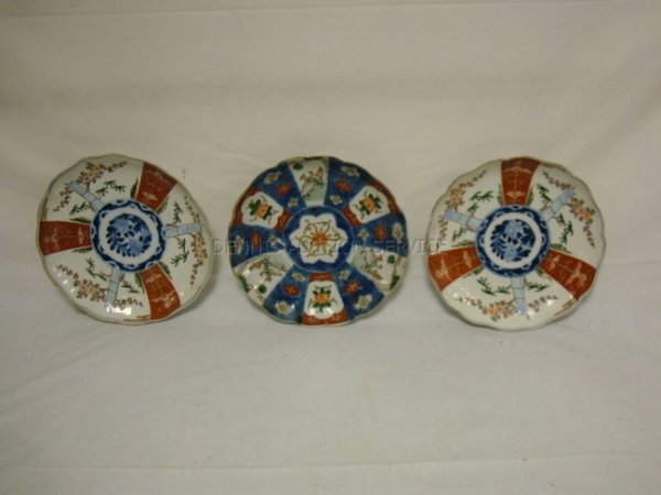 1370: GROUP OF 3 IMARI PLATES INCLUDING A MATCHED PAIR