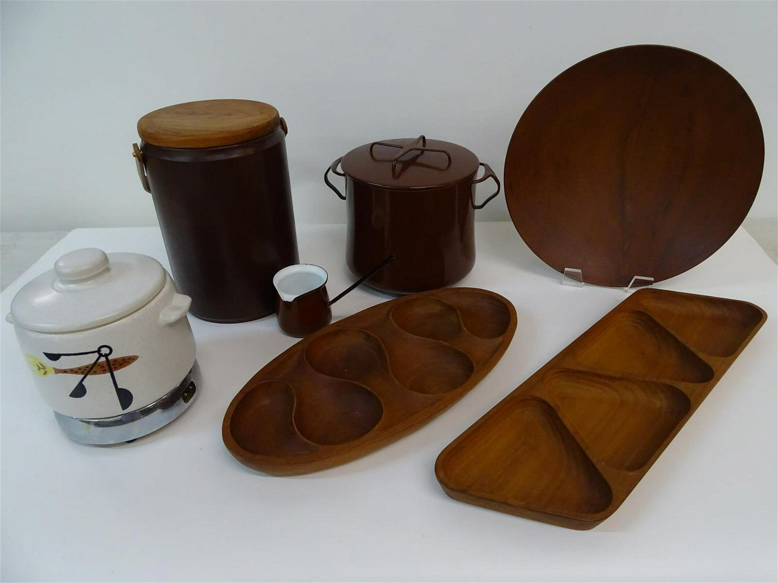 GROUPING OF MID-CENTURY SERVING ITEMS