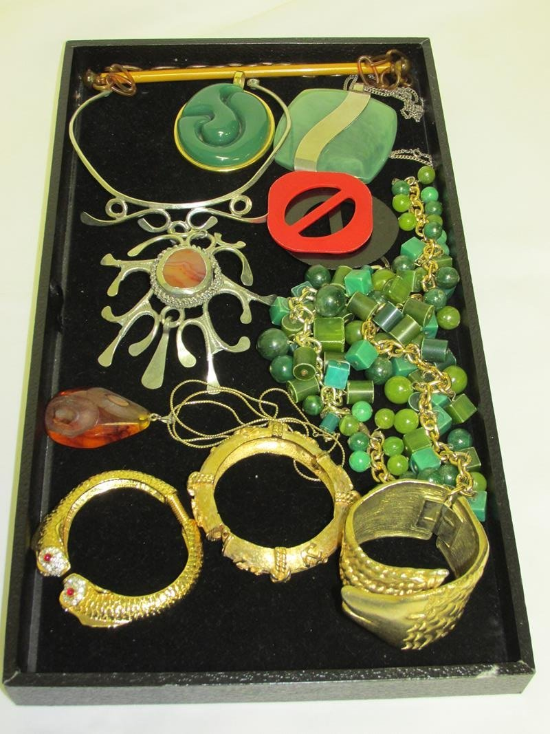 GROUPING OF MODERN COSTUME JEWELRY