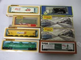 GROUPING OF VARIOUS HO SCALE CARS, ENGINES, MODELS