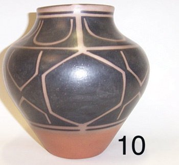 10: SANTO DOMINGO POTTERY JAR