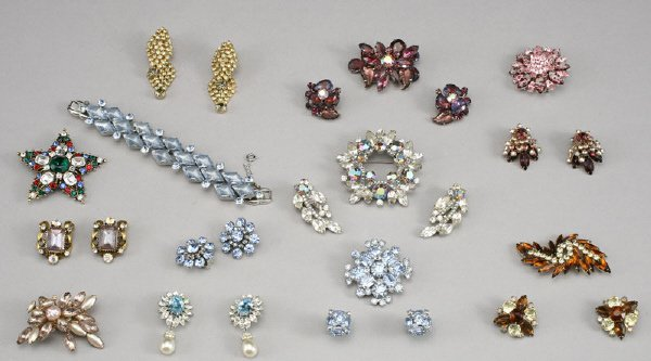 11: 18 Pcs. vintage costume jewelry of glass, crystal,