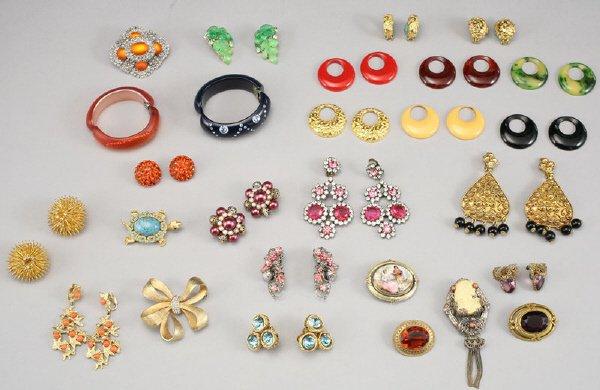 338: 45 Pcs. vintage costume jewelry by Lisner, Vendome