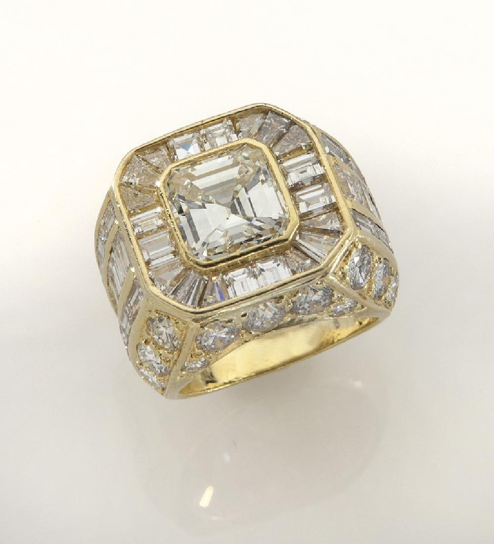 18K gold and diamond ring featuring a central