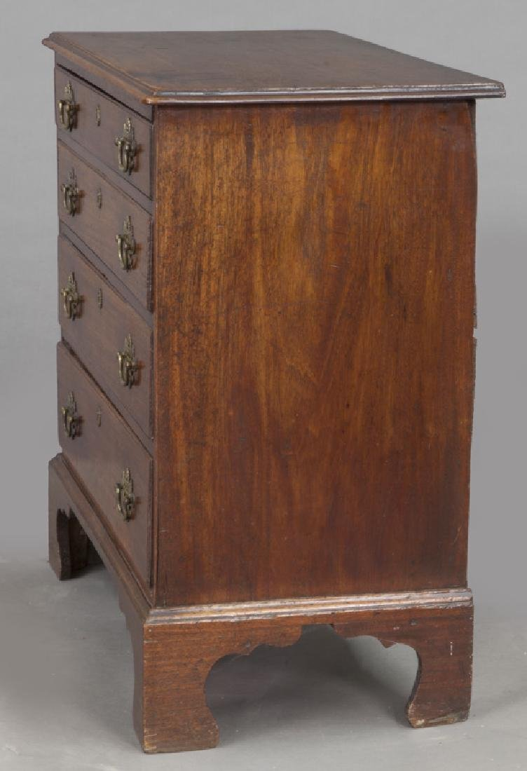 Small Federal period mahogany chest of 4-drawers - 3