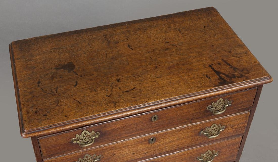 Small Federal period mahogany chest of 4-drawers - 6