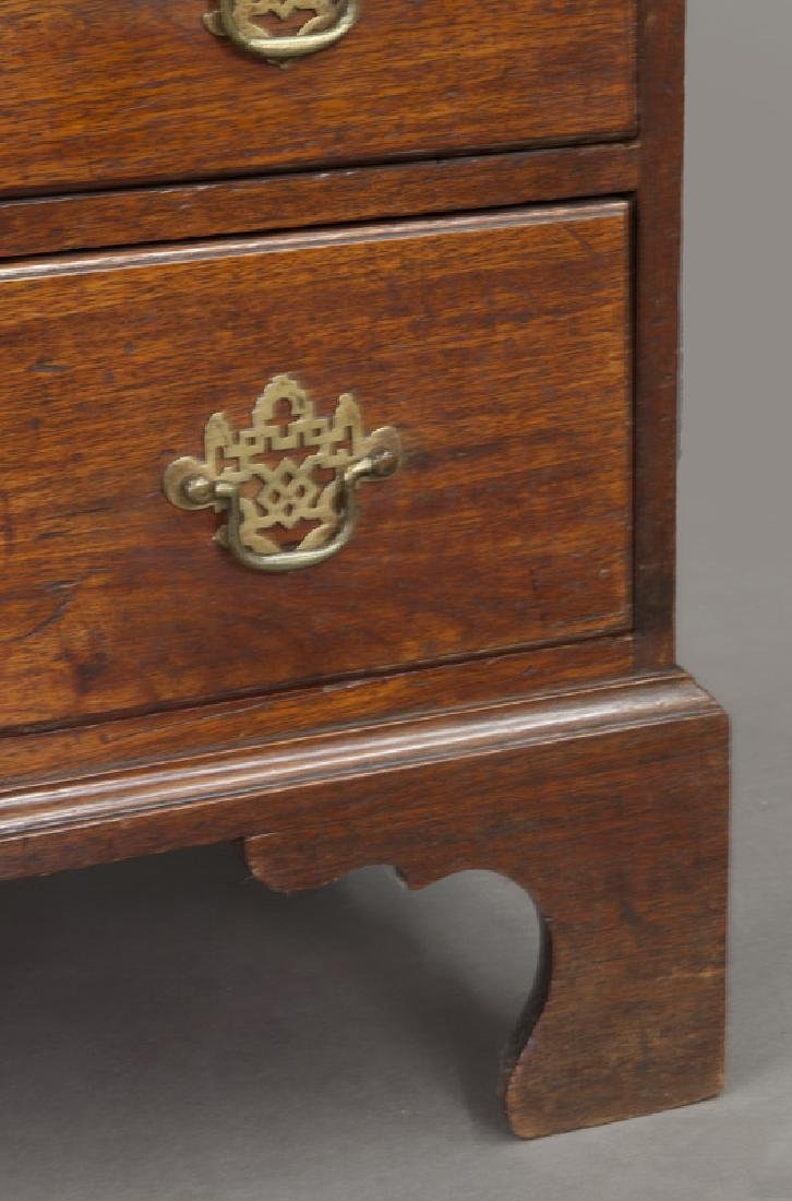 Small Federal period mahogany chest of 4-drawers - 9