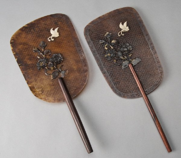 24: Pr. Chinese carved tortoise shell fans depicting