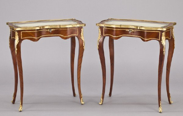 20: Pr. Louis XV style vitrine tables with locking