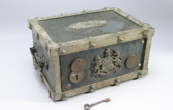 9: A cast iron safe bank with two handles, crest