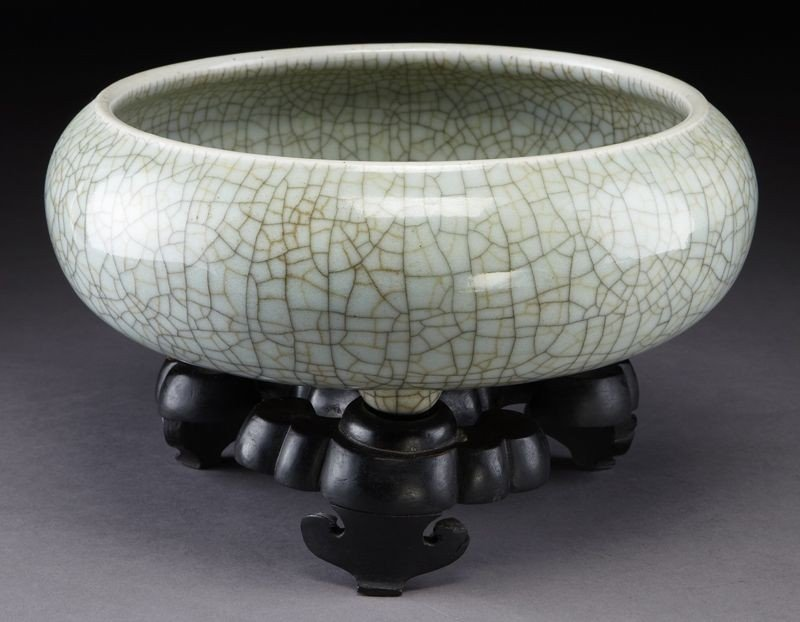 415: Chinese Qing Guan style porcelain tripod censer,