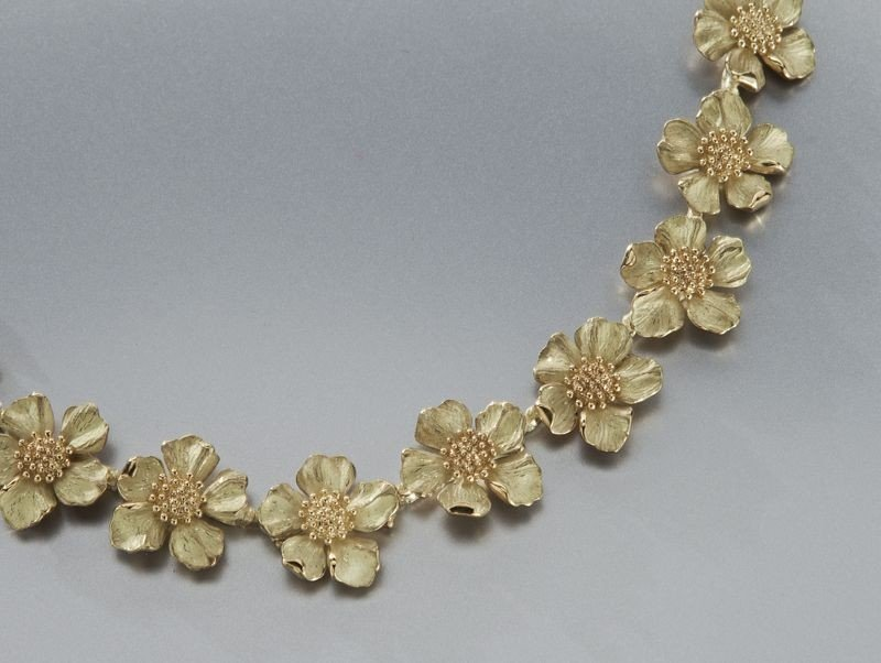 100: 18K gold Tiffany classic dogwood blossom necklace - 2