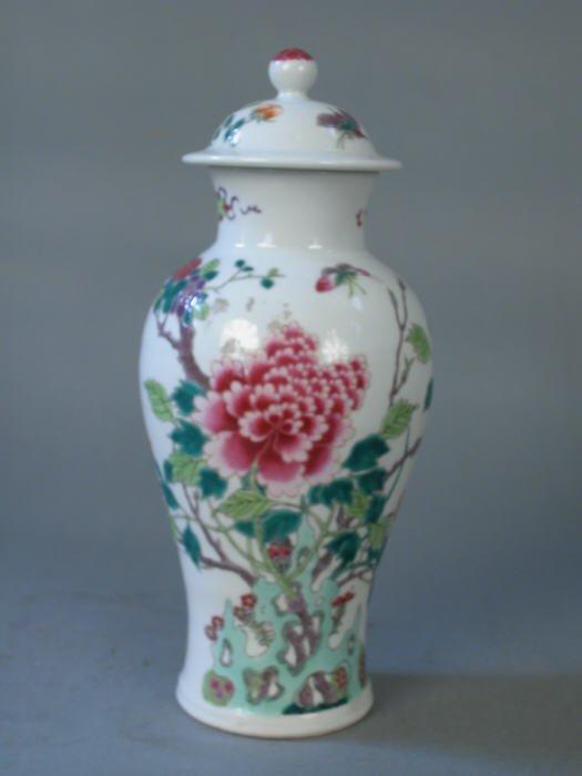 521: 19th century Famille Verte lidded vase.