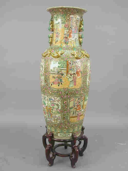 762: Large Rose Medallion palace vase with ap
