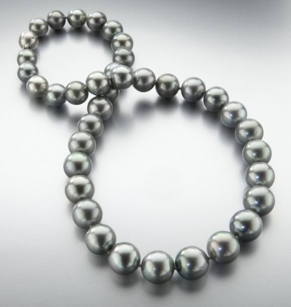 82: 18K gold and Tahitian pearl necklace