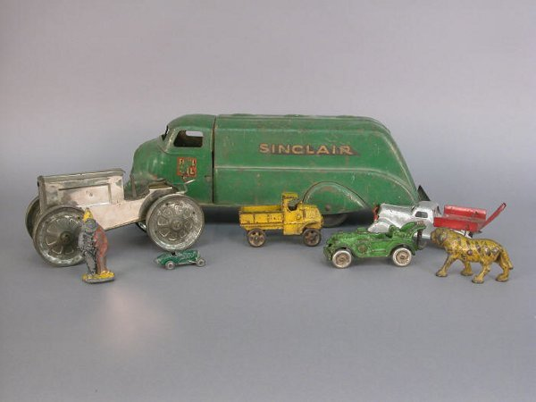 """3: 8 pcs. Vintage metal cars/figures, """"Hub"""
