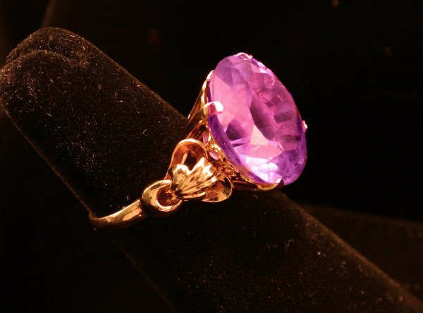 9: 18K Y gold ring mounted with a 13ct amethyst,