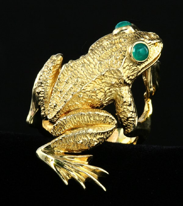 11: A Kurt Wayne 18K gold and emerald frog ring