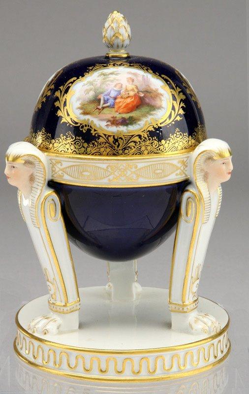 23: A Meissen porcelain inkwell of egg form