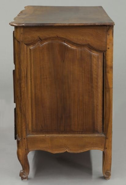 18th C. Country French serpentine front commode - 3