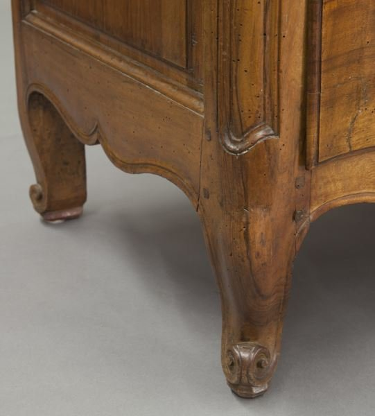 18th C. Country French serpentine front commode - 9