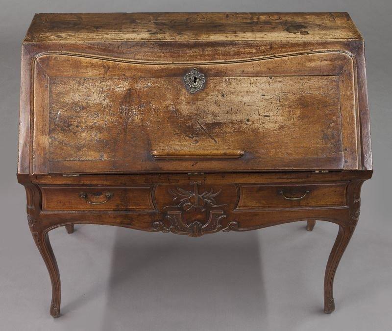 Early 18th C. French walnut drop front bureau - 7