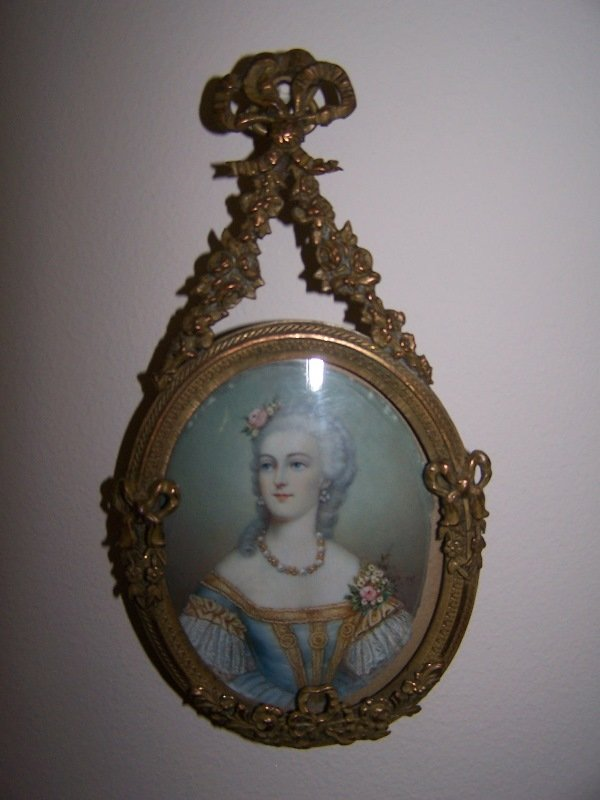 1023: Picture frame; ornate bronze; floral w/ bows; 6 3
