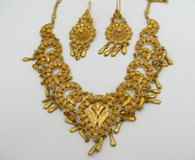 10: 22K Yellow Gold Necklace & Earring Set