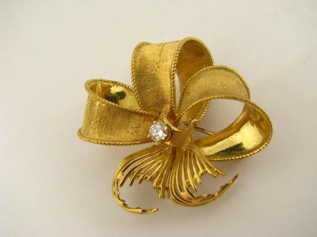 503: 18K Yellow Gold Ribbon Design Brooch with Diamond