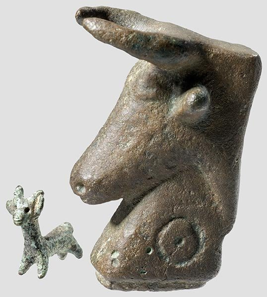 17: Vorderasiatische Stierkopf-Figur,