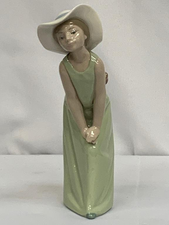 LLADRO #5009 GIRL WITH STRAW HAT FIGURINE