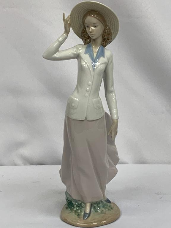 """LLADRO #5682 """"BREEZY AFTERNOON"""" TALL LADY FIGURE"""