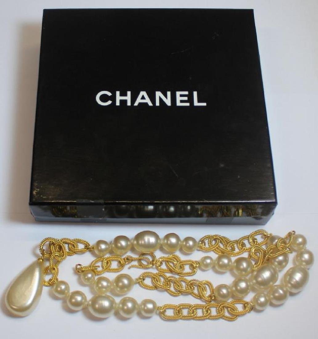 JEWELRY. Vintage Chanel Pearl Necklace.