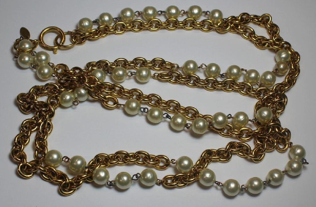 JEWELRY. Vintage Chanel Pearl and Chain Necklace.