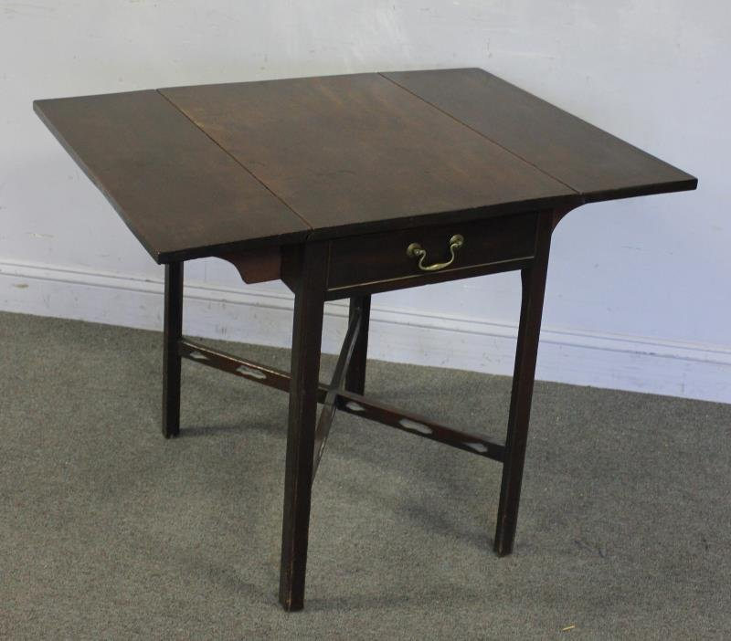 Antique American Mahagony Pembroke Table.