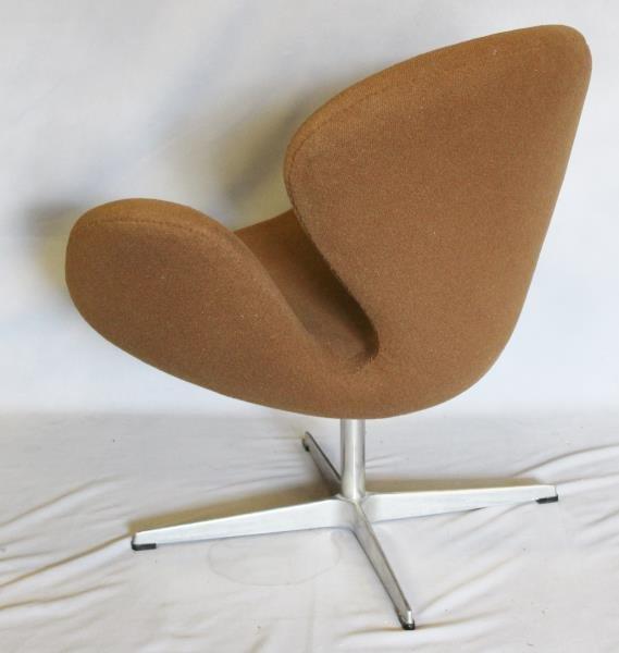 Midcentury Arne Jacobsen; Fritz Hansen Swan Chair. - 2