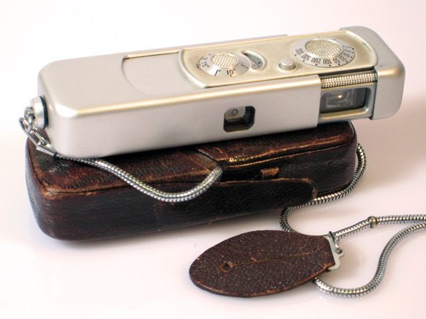 4: Minox III Nr. 70616 with case and chain. Shutter not
