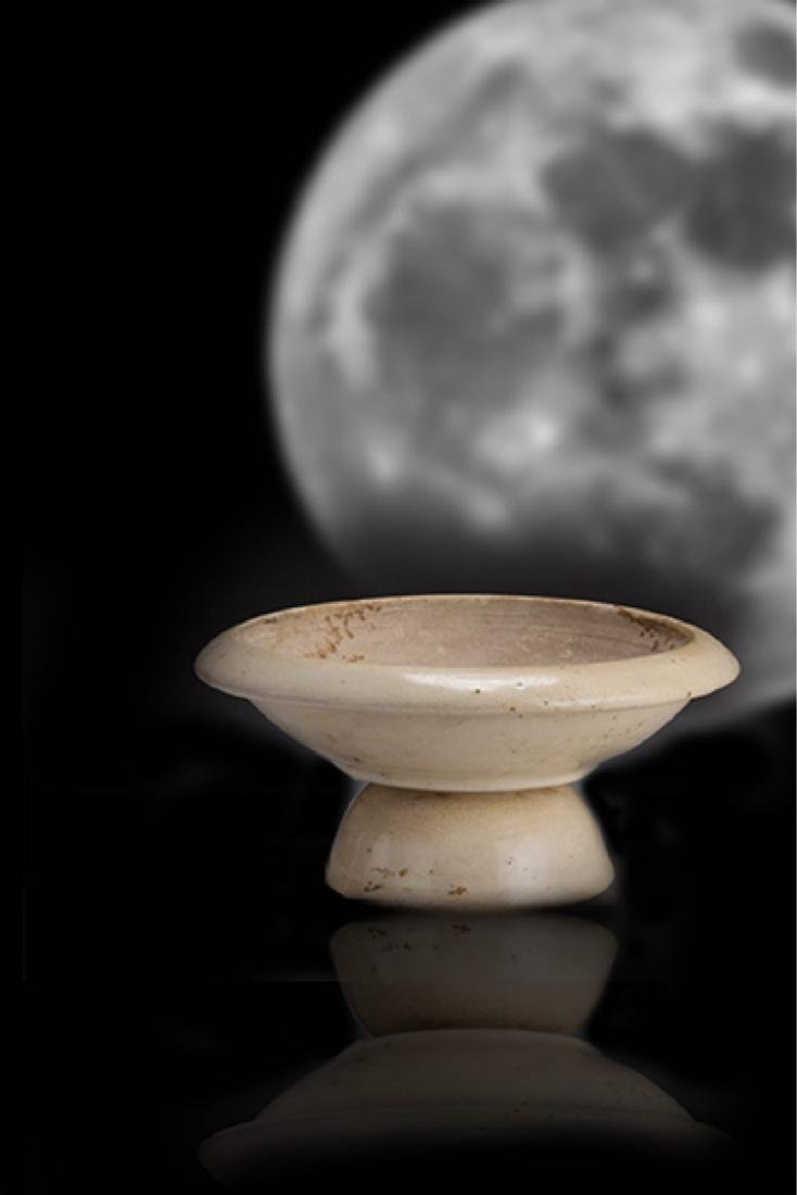 A GONGXIAN WHITE-GLAZED CUPSTAND TANG DYNASTY(618-907)
