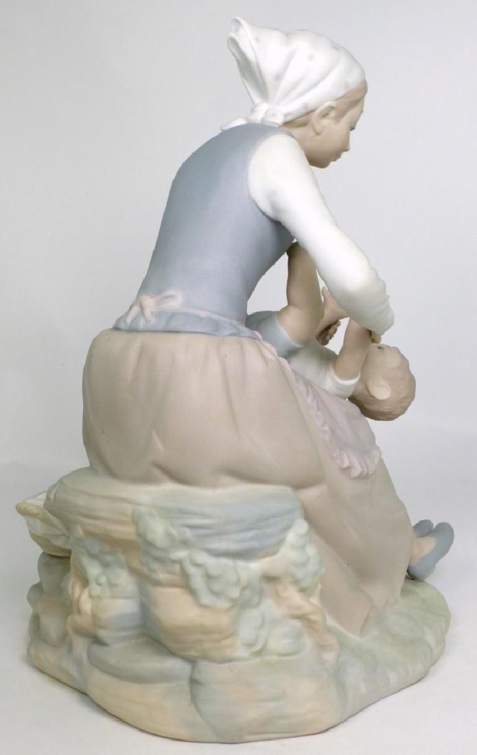 NAO BY LLADRO 'MOTHER & CHILD' PORCELAIN FIGURINE - 3