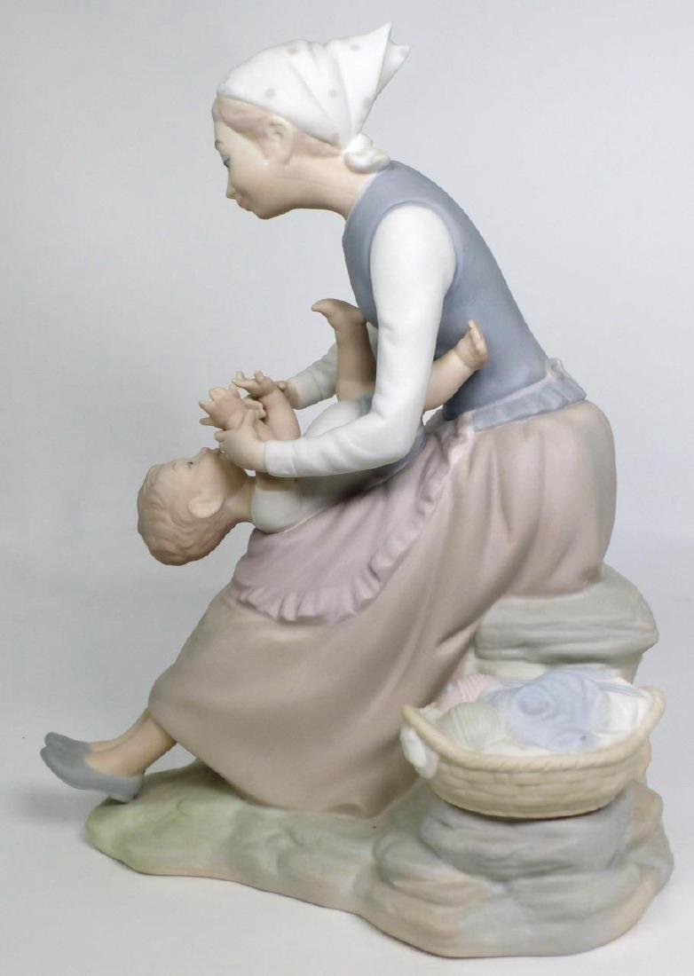 NAO BY LLADRO 'MOTHER & CHILD' PORCELAIN FIGURINE - 5