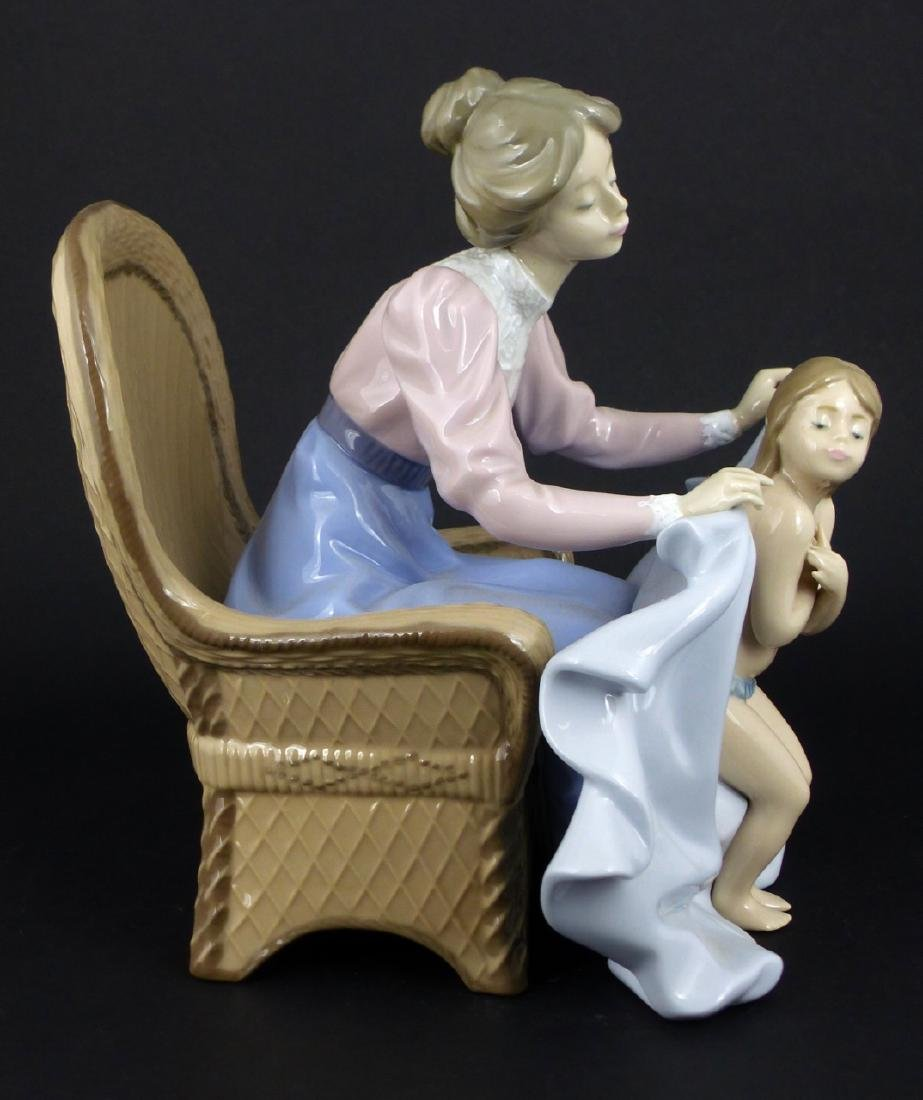 LLADRO 'MOMMY ITS COLD' PORCELAIN FIGURINE - 2