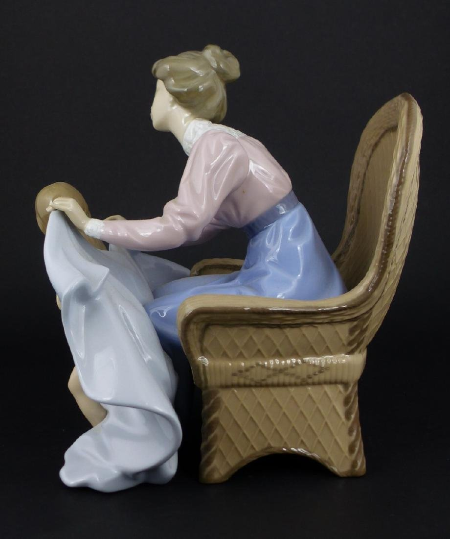 LLADRO 'MOMMY ITS COLD' PORCELAIN FIGURINE - 4