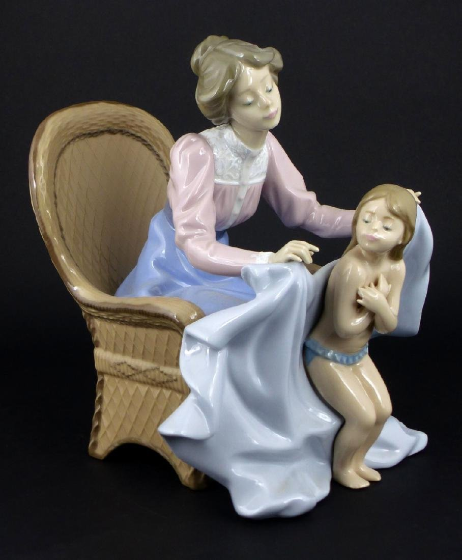 LLADRO 'MOMMY ITS COLD' PORCELAIN FIGURINE - 6