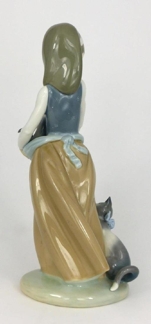 LLADRO 'FOLLOWING HER CATS' PORCELAIN FIGURINE - 3