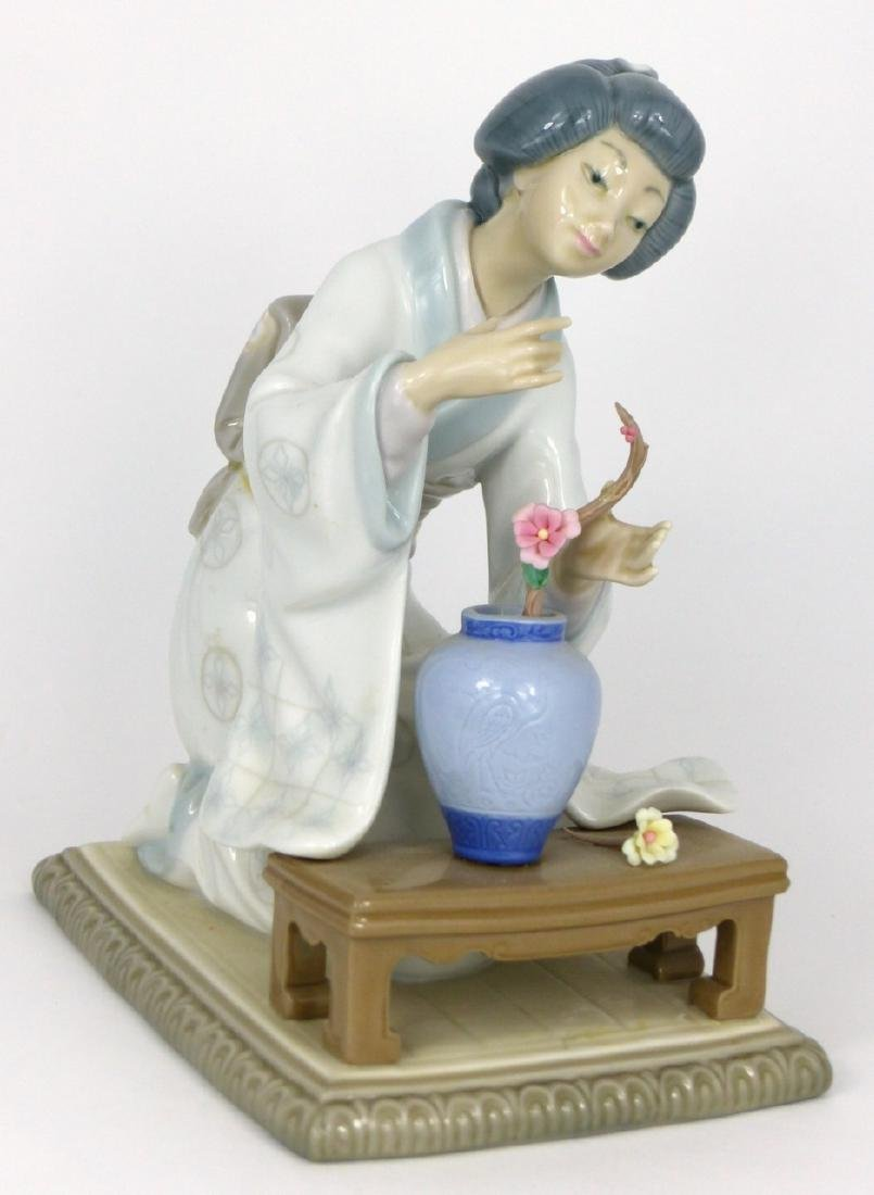 LLADRO 'GEISHA ARRANGING FLOWERS' GLAZED FIGURINE