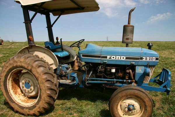 4: FORD 3910 TRACTOR