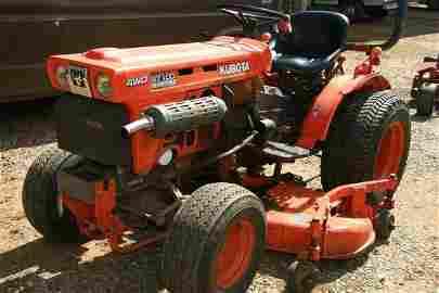 8: KUBOTA B7100 HST 4WD LAWN TRACTOR