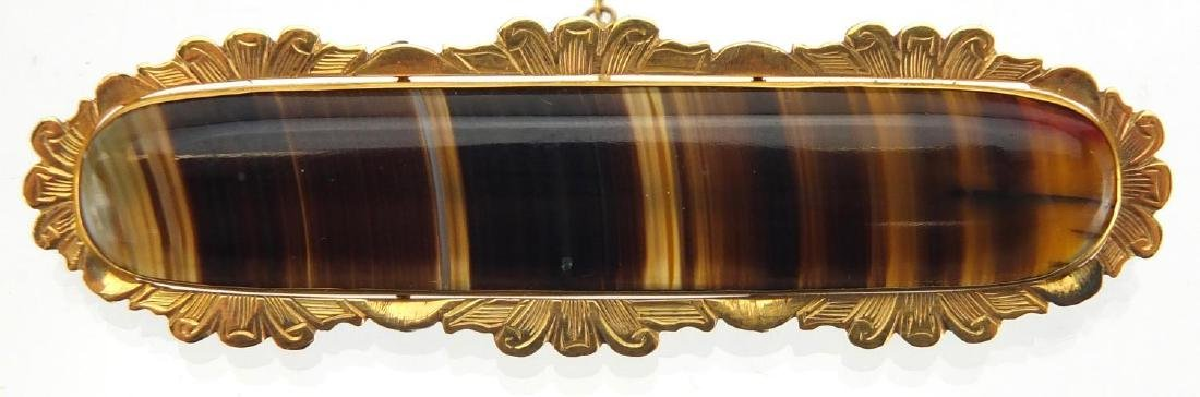 15ct gold agate brooch, 6.5cm in length, approximate weight 10.2g Further condition reports can be