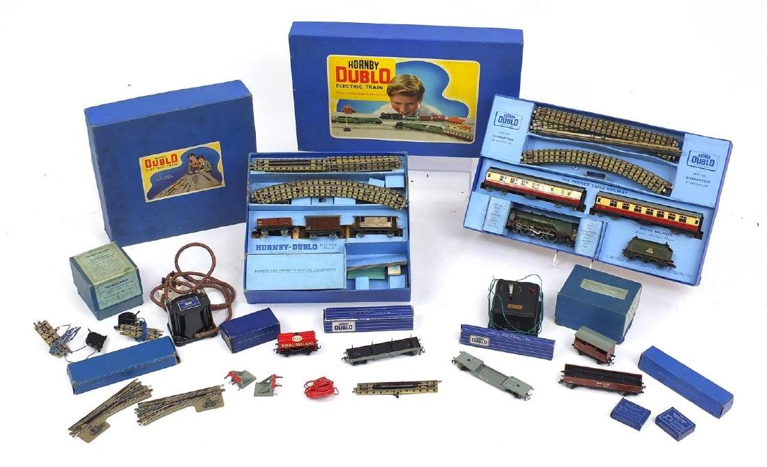 Two Dublo electric train sets, tank goods train PDG7 and passenger train EDP12, both boxed Further